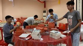 """草堂禪寺志願者把《滄桑彙集》放到伴手禮""""福袋""""裡。"""