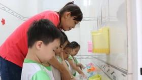 老師教導學生如何正確洗手。(圖源:互聯網)