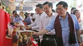 政府副總理王廷惠參觀會議廳外所陳列的農產。(圖源:越通社)