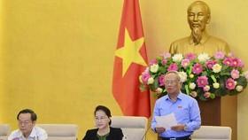 國會副主席汪周琉(左)在會議上發言。(圖源:越通社)