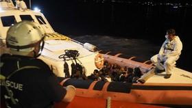 義大利14個月以來首次允許難民救援船靠岸。圖為難民自海洋維京號轉移至義大利海岸防衛隊的船隻。(圖源:AP)