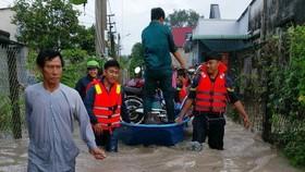 平陽省公安協助民眾遷離受淹區。(圖源:越通社)
