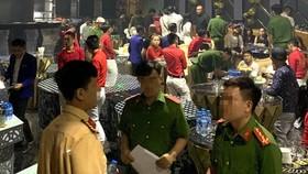 職能力量對386酒吧進行突擊檢查時現場。(圖源:警方提供)
