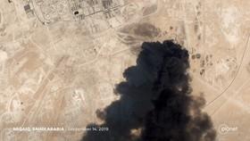 衛星雲圖顯示遭無人機襲擊的石油設施濃煙滾滾。(圖源:互聯網)