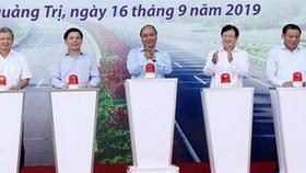 政府總理阮春福(中)、副總理鄭廷勇(右三)及多位地方領導出席動工儀式。(圖源:俊馮)