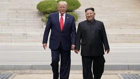 美國總統特朗普在朝鮮領導人金正恩邀請下跨過三八線進入朝鮮領土。 (圖源:路透社)