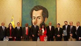 委國通訊部長、副總統、反對派副領導人、外長等人16日在委外交部簽署協議。(圖源:AFP)