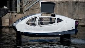 當地時間9月16日至20日,法國巴黎,一款水翼電動船在塞納河上測試。它外形接近小轎車車身,船底水翼讓船體可以在河面上懸空而行。(圖源:互聯網)