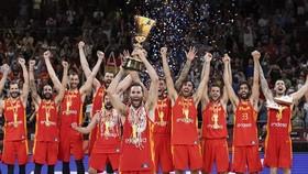 西班牙隊球員在頒獎儀式上慶祝奪冠。(圖源:互聯網)