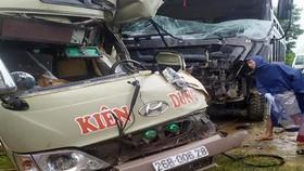 猛烈的撞擊導致客車車頭完全變形,許多碎片撒落滿地,6人受傷。(圖源:FB)