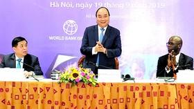 政府總理阮春福(中)在會上致詞。(圖源:光孝)