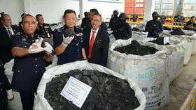 馬來西亞警方20日舉行發佈會,宣佈其於近日破獲一起毒品案,查獲總重約12噸,價值24億林吉特的可卡因。(圖源:互聯網)