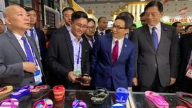 武德膽副總理看望平仙日用品製作有限公司展位。