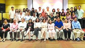 禮文華文中心的董事、校委、教師在聯歡會上合照。