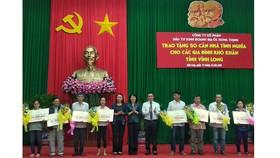 Phó Chủ tịch nước Đặng Thị Ngọc Thịnh trao bảng tượng trưng nhà tình nghĩa cho các hộ dân