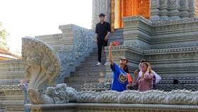 Ngôi chùa thu hút đông đảo giới trẻ miền Tây kéo đến check-in