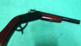 Thanh niên dùng súng khống chế 4 người trong trụ sở Ban chỉ huy quân sự xã