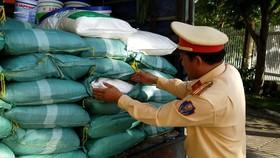CSGT bắt giữ 1 tấn bột ngọt không hoá đơn, chứng từ     Ảnh: ĐỨC LÂM