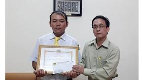 Đại diện Hãng taxi Tiên Sa thưởng nóng cho anh Hồ