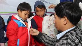 Ban Quản lý dự án Điện nông thôn miền Trung tặng áo ấm cho trẻ em vùng cao huyện Nam Trà My