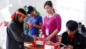 Sinh viên Đại học Đông Á mua cờ, băng đô và sticker cổ vũ trận chung kết U23 châu Á để gây quỹ hỗ trợ vé xe cho sinh viên nghèo về quê ăn tết