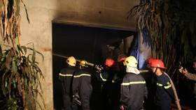 Lực lượng Cảnh sát PCCC nỗ lực dập tắt đám cháy