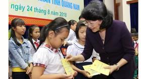 Tặng quà gia đình chính sách và trẻ em nghèo ở Quảng Nam