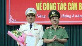 Trung tướng Nguyễn Văn Sơn (bìa phải), Thứ trưởng Bộ Công an trao Quyết định bổ nhiệm của Bộ Công an cho Thiếu tướng Vũ Xuân Viên