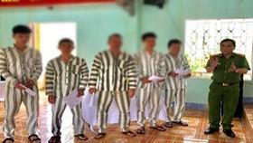 Đại tá Lê Tấn Hùng, Giám thị Trại tạm giam Công an TP Đà Nẵng đọc và trao quyết định cho các phạm nhân được tha tù trước thời hạn có điều kiện