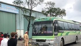 Xe biển số Lào hết hạn kiểm định, chở quá số người quy định