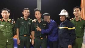 Trần Văn B. (áo xanh, giữa) bị ngáo đá, nhảy xuống vực sâu trên bán đảo Sơn Trà được các lực lượng cứu hộ cứu nạn tìm thấy