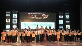 Ông Võ Công Trí, hó Bí thư Thường trực Thành ủy Đà Nẵng và ông Huỳnh Đức Thơ tặng hoa và trao bảng ghi nhận cho 40 nhà tài trợ
