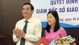 Ông Lê Trung Chinh, Phó Chủ tịch UBND TP Đà Nẵng trao quyết định và tặng hoa chúc mừng cho bà Lê Thị Bích Thuận