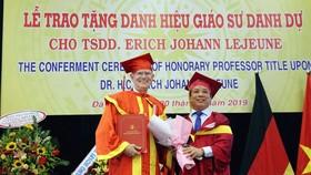 PGS.TS Nguyễn Ngọc Vũ - Giám đốc đại học Đà Nẵng trao tặng danh hiệu Giáo sư danh dự cho Tiến sĩ Danh dự Erich Johann Lejeune