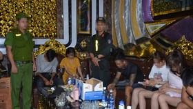 Lực lượng công an kiểm tra các phòng của cơ sở kinh doanh karaoke Paradise
