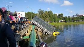 Xe tải mất lái lao xuống hồ Xuân Hương