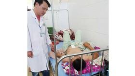 Bác sĩ thăm khám sức khỏe nạn nhân sau ca phẫu thuật