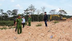 Khu vực nghi chôn lấp trái phép rác chưa qua xử lý. Ảnh: ĐOÀN KIÊN