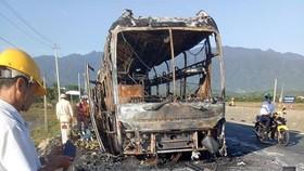 Xe giường nằm bốc cháy dữ dội, 40 hành khách thoát chết trong gang tấc