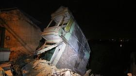 Hàng loạt ngôi nhà đổ ụp xuống sông Đà do thủy điện?