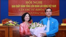 Đồng chí Trương Thị Mai tặng hoa chúc mừng Chủ tịch Tổng Liên đoàn Lao động Việt Nam Nguyễn Đình Khang