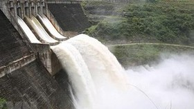 Thủy điện đang thi công dung tích 13 triệu m3 kẹt cửa van, nguy cơ vỡ đập, dời dân khẩn cấp