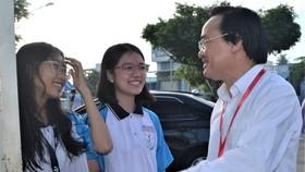 Bộ trưởng Bộ GD-ĐT Phùng Xuân Nhạ động viên thí sinh ngay khi gặp thí sinh ngoài cổng điểm thi Trường THPT Lê Quý Đôn