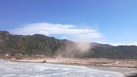 Bãi chứa tro xỉ than nhiệt điện thuộc Trung tâm Điện lực Vĩnh Tân nhiều lần phát tán bụi ra môi trường.