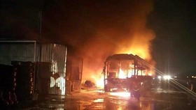 Video: Xe khách giường nằm bốc cháy dữ dội, hàng chục hành khách hoảng loạn