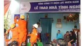 Điện lực miền Nam tổ chức buối lễ gắn bảng và trao nhà tình nghĩa cho gia đình bà Huỳnh Thị Thanh.