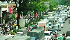 Truong Son street has regularly been congested with streams of vehicles to Tan Son Nhat International Airport (Photo: SGGP)