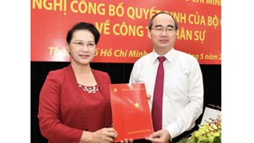 NA chairwoman Nguyen Thi Kim Ngan gives the decision to Mr. Nguyen Thien Nhan in HCMC on May 10 (Photo: SGGP)
