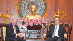 HCMC Party Leader Nguyen Thien Nhan (R)receives Mr. Stefan Sjostrom, deputy chairman of Microsoft on June 16 (Photo: SGGP)  