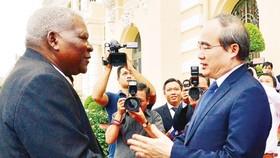 Secretary of the HCMC Party Committee Nguyen Thien Nhan receives Cuba's National Assembly chairman Juan Esteban Lazo Hernandez on June 16 (Photo: SGGP)